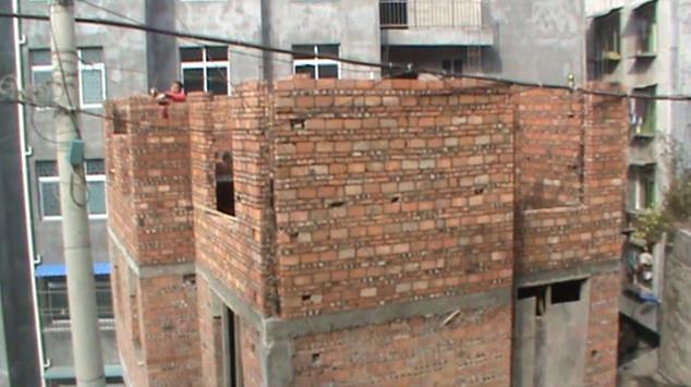 砖混结构的圈梁钢筋是从构造柱钢筋的内侧通过还是从外侧通过?