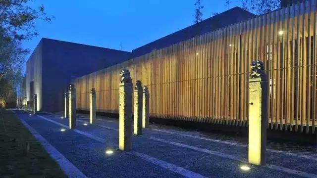 真正的应用,不是简单地复古和照搬,而是让传统与现代很好地衔接,营造出适合中国人居住的传统居住环境,既符合现代人的审美需求,又具有中国传统韵味。 新中式景观设计中巧妙融入这些传统符号,将它们或抽象或简化的手法来体现中国传统文化内涵,运用形式多种多样,可雕刻于景墙、大门、地面铺装上;或以雕塑小品的形式出现;或与灯饰相结合,实现功能与艺术的结合。