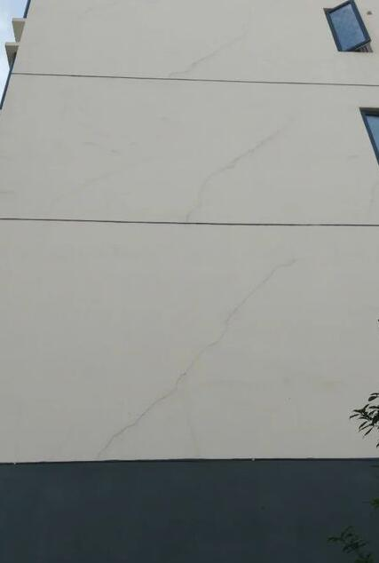 房子每一层墙体都出现贯穿性裂缝