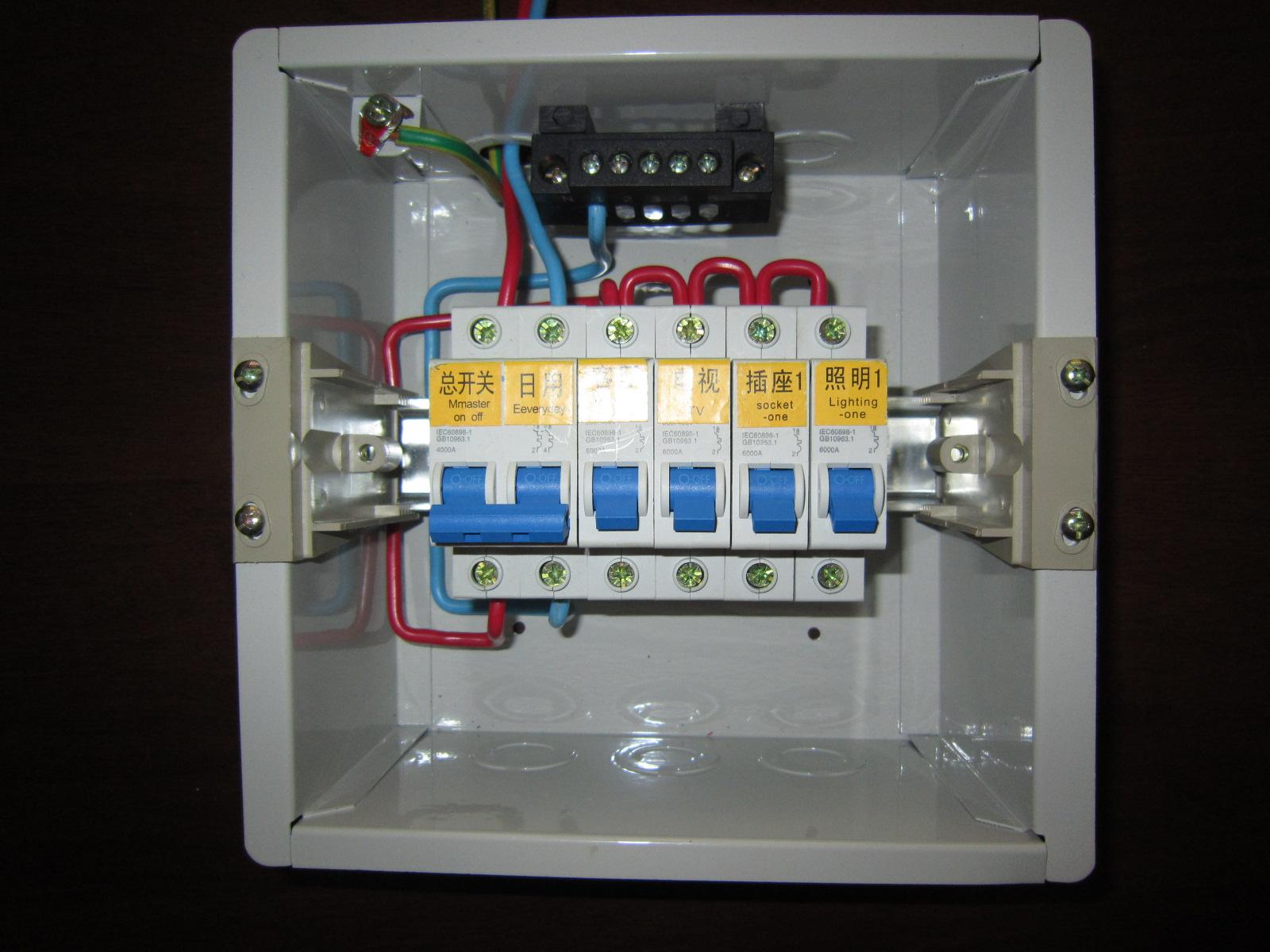 两个箱子都是过时的.不规范.标准的电源箱有三个汇流排,在下部是进线和零线汇流排.竖向的是接地汇流排.用户只需要接进线和用户线.配电箱内其他线都是配置好的.配置如下: 1进线三根线内部相线零线接漏电开关,返回来的线零线接汇流排;相线接用户线.地线引到接地汇流排. 2用户线相线接开关,零线和地线分别接零线和地线的汇流排.