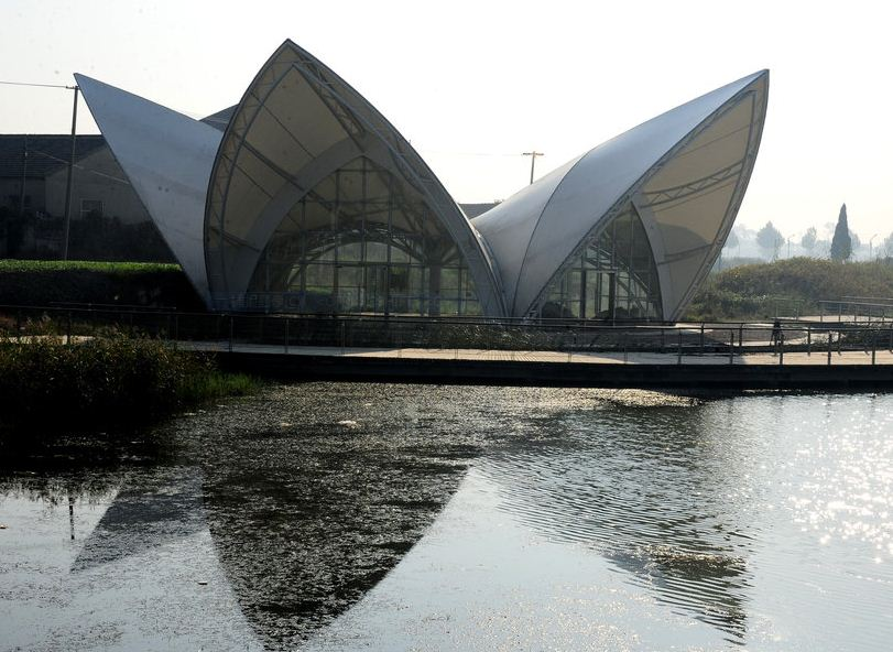 """江苏海安县城东七星湖生态园内,一座白色建筑引人吐槽,被称为""""山寨版"""""""