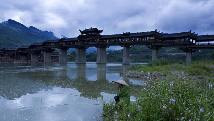 痛心 黔江风雨廊桥大火而木质建筑被烧毁