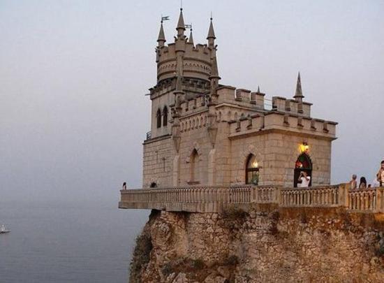 乌克兰   燕窝城堡位于乌克兰南部的雅尔塔,坐落于高40多米的极光悬崖