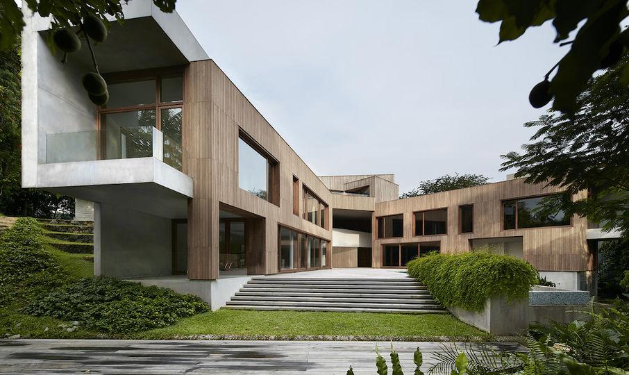 最近,纽约设计师事务所 Tsao & McKown 在新加坡的山上建造了一个新式的住宅。住宅的名字叫做 Astrid Hill House,按照建筑师的说法,它是对中国传统的四合院的重新诠释。 这幢住宅有五间卧室,还有办公和娱乐空间。屋主人是一对夫妇,他们十分欣赏中国传统的民居,但思维又很十分现代。事务所的创始人 Zack McKown 说,因此在我们的设计中,辐射屋像是翅膀一样,翅膀的中间有很大的空地。 绿色墙壁、水景、游泳池给人带来宁静的感觉,它们和造型先锋的房子一道,塑造了一个很棒的居住环境