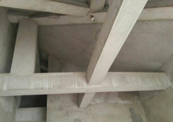 坡屋顶主卧室有横梁,装修时如何做吊顶,求施工方法?